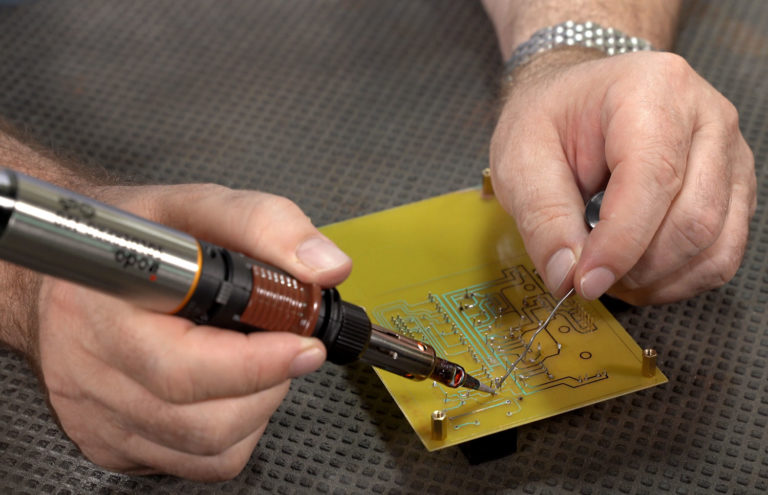 Using SOLDERPRO 120K Professional Butane Soldering Iron from Pro-Iroda to Soldering a Circuit Board