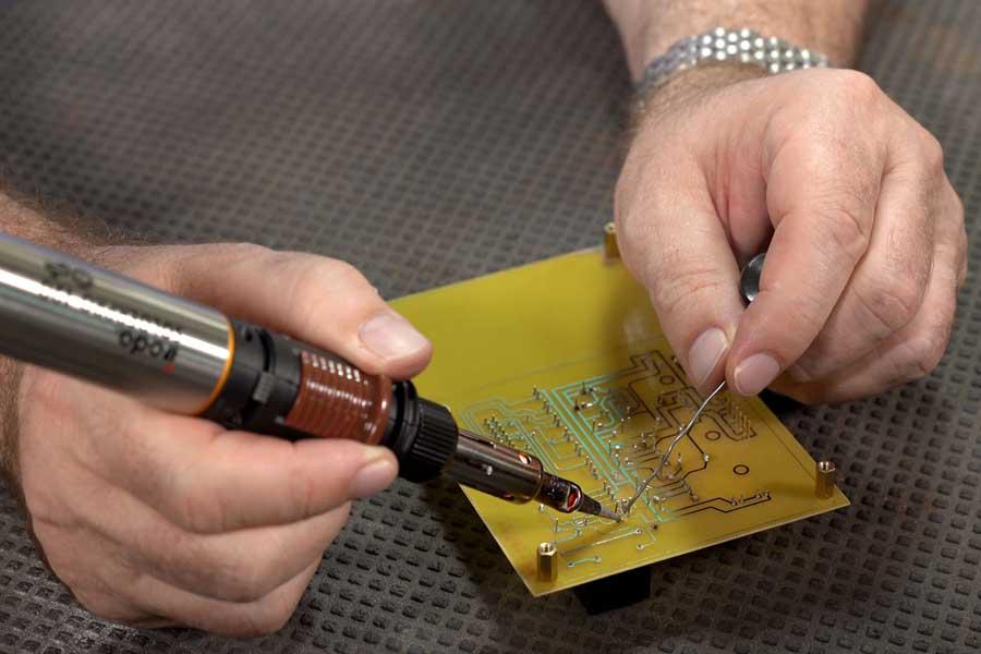 Using SOLDERPRO 120K Professional Butane Soldering Iron from Pro-Iroda to Soldering a Circuit Board